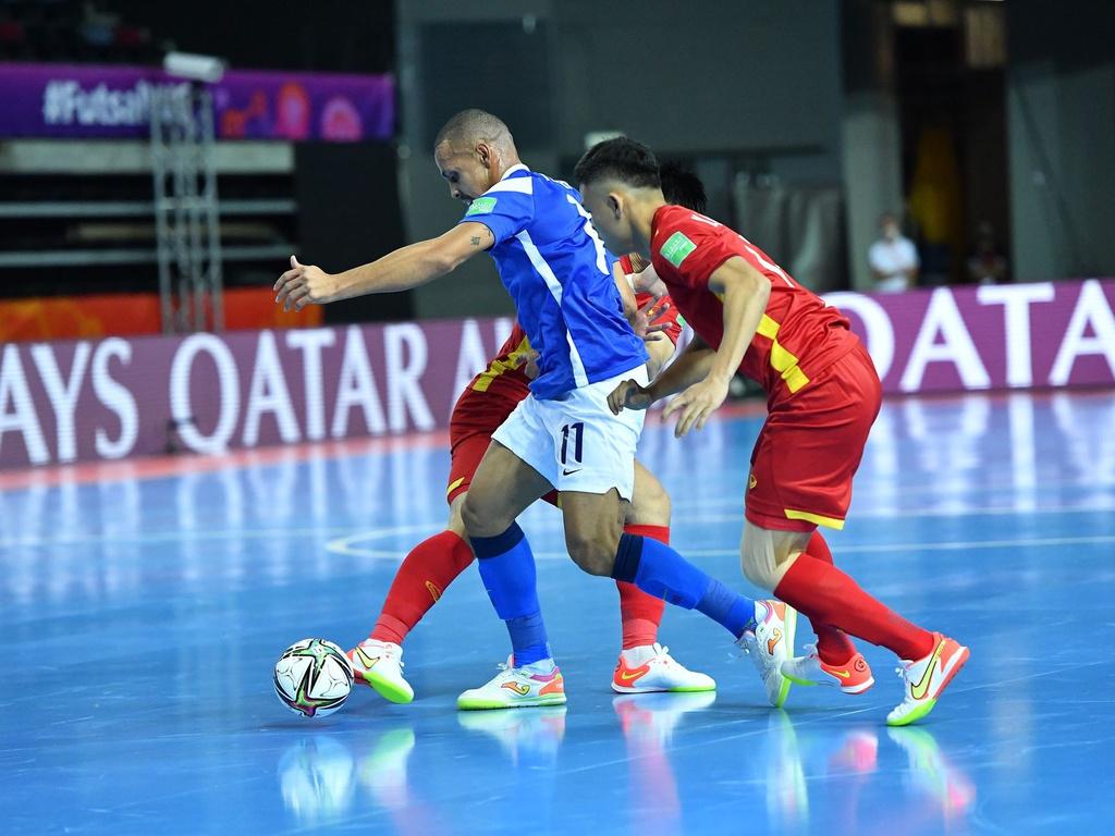 Sút bóng mạnh trong futsal rất quan trọng và cần độ chính xác