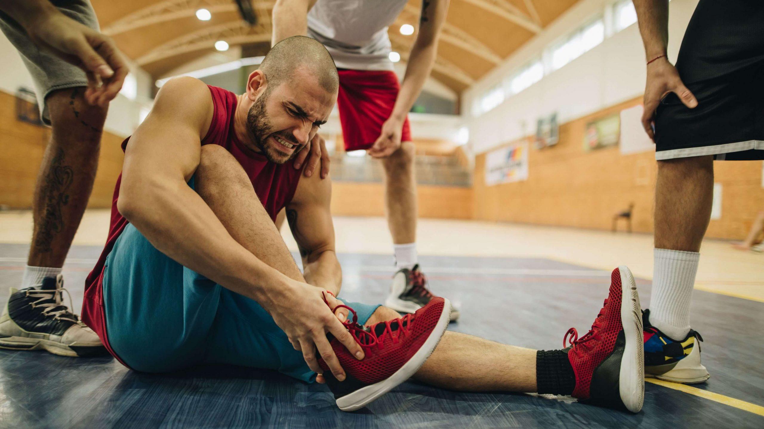Bị lật cổ chân khi chơi bóng rổ thì chữa trị như thế nào?